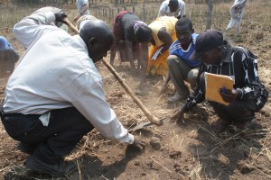 Farming training 07 2014 Group Digging SMALL